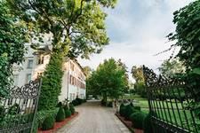 Die Einfahrt zum Schloss Lehen