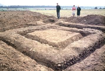 Fundamente des 1962 bei den Aussiedlerhöfen in der Ried ausgegrabenen römischen Wachturms