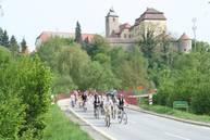 Radfahrer unterhalb Schloss Heuchlingen