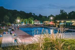 beeindruckend beleuchtetes Schwimmbecken