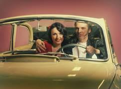 Mann und Frau in einem alten Chevrolet