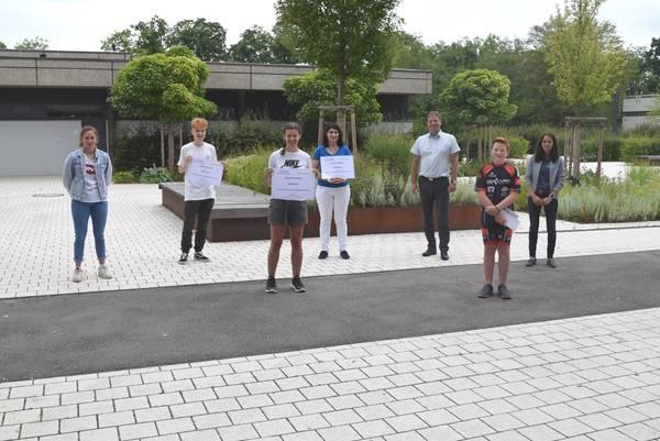 Gruppenbild mit Gewinnern der Schule