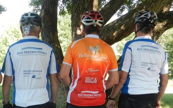 Radfahrer von hinten um das Bad Friedrichshaller Logo auf ihrem Shirt zu sehen