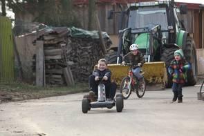 Kinder fahren Kettcar
