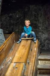 Kind auf der Rutsche im Salzbergwerk