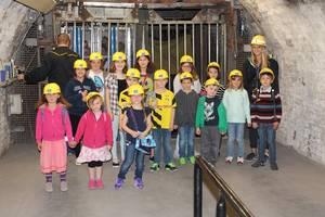 Eine Gruppe Kinder im Salzbergwerk