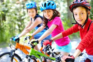 Drei Kinder auf ihren Fahrrädern