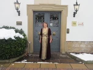 Gästeführerin Ernie Riexinger vor dem Eingangstor des Schloss Lehen