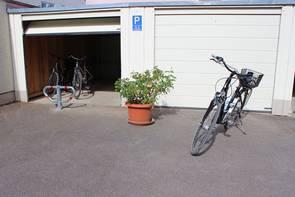 Zwei Fahrräder vor einer Garage