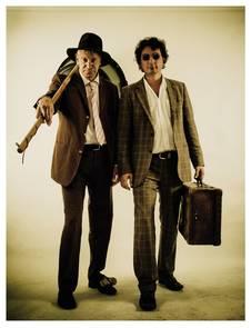 Zwei Männer mit ihren Musikinstrumenten