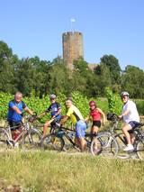 Radler vor Burg Sinsheim