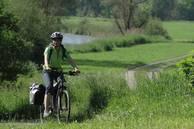Ein Radfahrer im Jagsttal