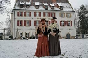 Die Dorffrauen Bettina Müller und Yvonne Schmidt in der Wintertracht