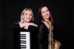 Zwei Frauen mit ihren Musikinstrumenten
