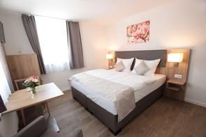 Ein Hotelzimmer mit Bett
