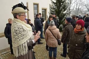 Gästeführerin Yvonne Schmidt mit einer Gruppe bei der Führung