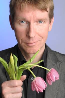 Peter Vollmar mit abgeknickten Tulpen