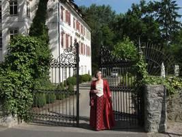 Erni Riexinger als Sybilla Greck von Kochendorf im Sommerkostüm